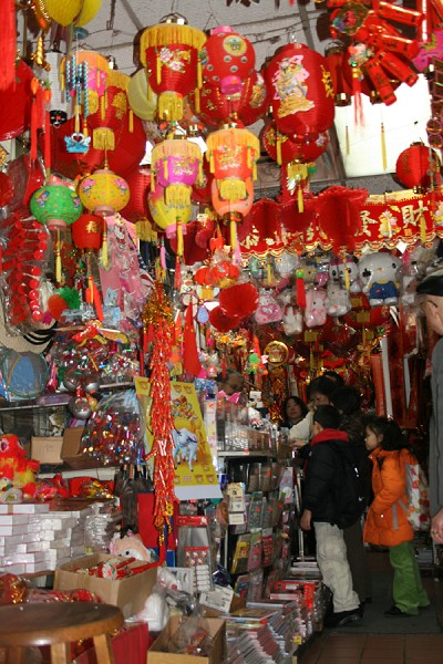 林小姐表示,一到過年的時候很多華人店都在賣年貨,很喜慶。