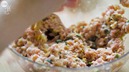 酸白菜餃子作法之一:將豬絞肉、酸白菜、蔥花、薑末拌勻。(C2食光提供)