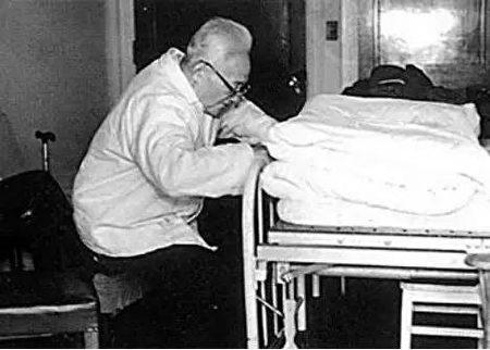 巴金晚年在醫院。(公有領域)