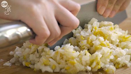 酸白菜擠乾水分後切細丁.。(C2食光提供)