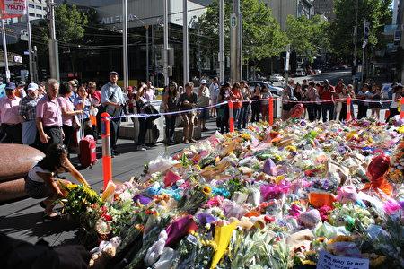 1月22日週日墨爾本市中心撞人案事發現場,民眾獻上鮮花和玩具表示哀悼。(Lucy Liu/大紀元)