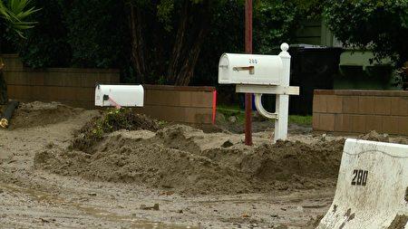 住家郵箱幾乎被泥沙淹沒。(劉寧/大紀元)