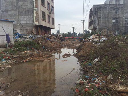 村庄变得垃圾成堆,满目疮痍。(受访者提供)
