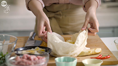 酸白菜餃子作法之一,放入豆漿袋將水分擠乾一點。(C2食光提供)