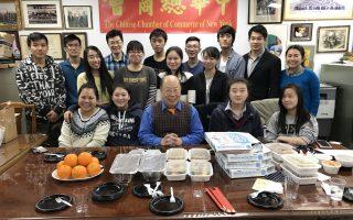 華埠孔子大廈於26日為在孔大廈擔任志工服務的高中學生們,舉行了熱鬧的團年晚餐。 (中華總商會提供)