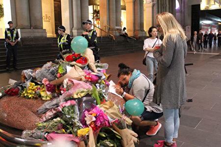 汽車撞人慘案事發地,民眾獻上的鮮花和玩具。(Lucy Liu/大紀元)