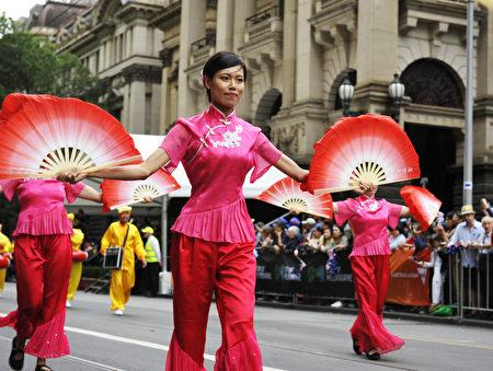 法轮功团体扇子舞表演优雅而喜庆。(王宇成/大纪元)