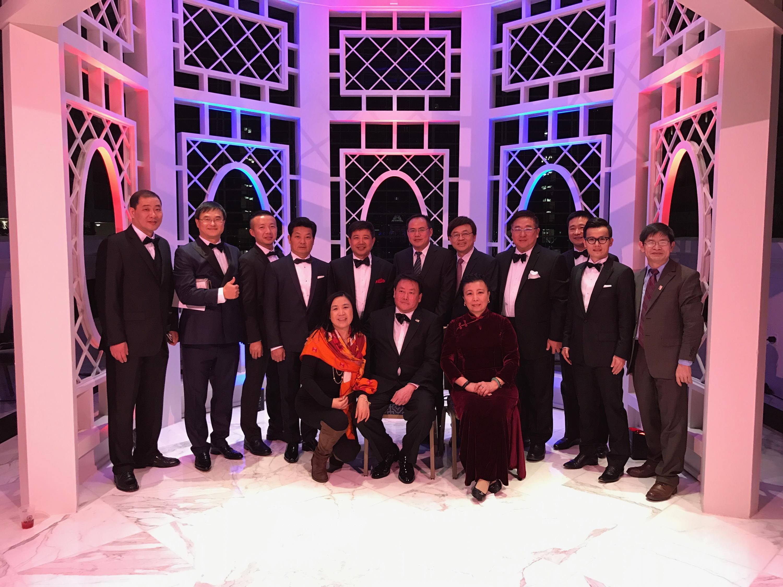 特朗普競選總部的亞裔聯絡人2016年1月19日晚與一批華裔特粉支持者在華盛頓特區活動現場合照。 (知情人提供)