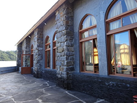 霧台基督長老教堂建築以石塊堆砌而成,將石板屋與西洋教堂元素融合為一,堪稱魯凱族工藝和藝術殿堂。(曾晏均/大紀元)
