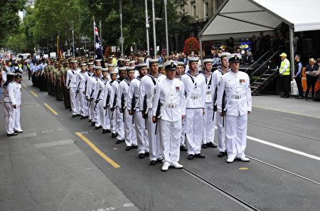 游行开始,三军仪仗队一马当先。(王宇成/大纪元)