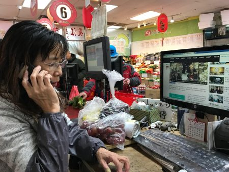 強行拿走啤酒的西語裔大鬧長江超市,但超市老闆娘反被送進皇后區法庭,她一臉委屈。