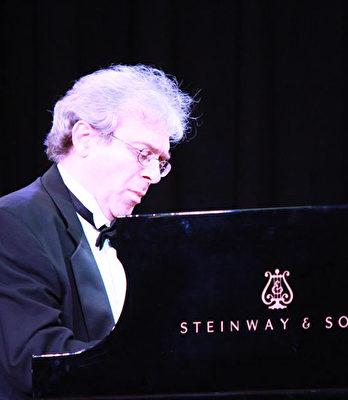 圖:2015年Boris Konovalov博士在溫哥華通利琴行的獨奏會上。(圖片由Boris Konovalov博士提供)