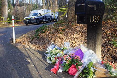 案件发生后,在当地引起震惊,儿子的同学、附近邻居和许多华人都到此哀悼。(林乐予/大纪元)