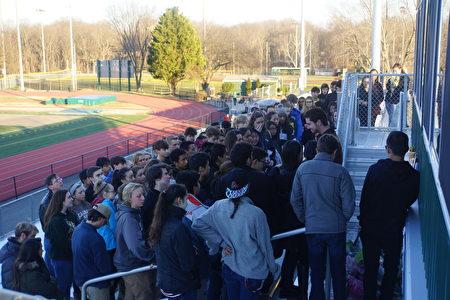 28日下午,在陈文杰就读的兰利高中(Langley High School),近百名师生自发集会,表达哀思。(林乐予/大纪元)
