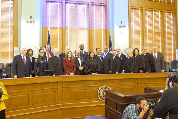 Harris郡新官宣誓入职  郡法官提三点建议
