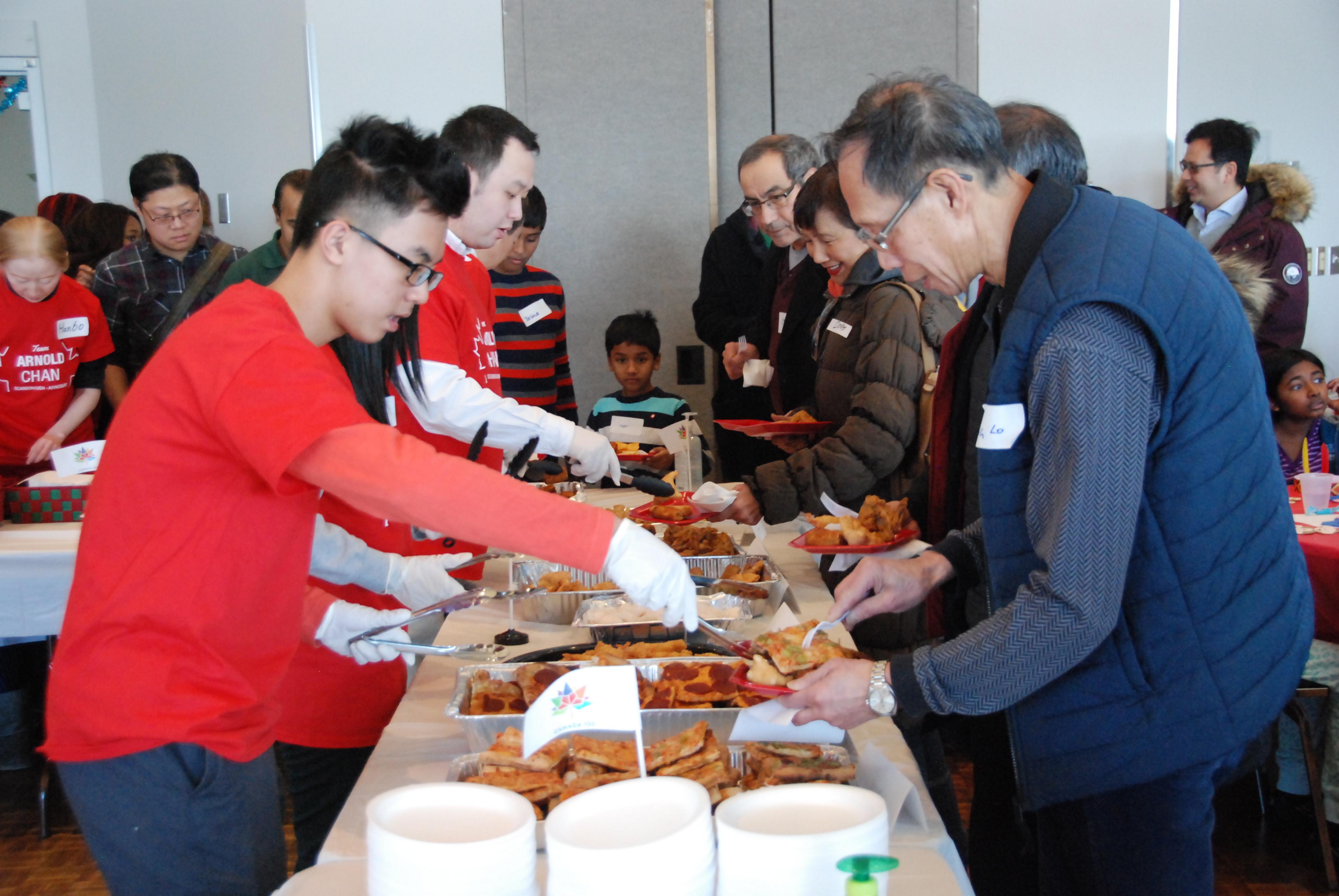 參加聯歡會的社區居民分享美食。(伊鈴/大紀元)