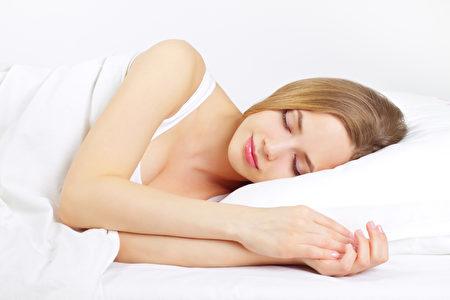 充足的睡眠能修复肌肤,使你看起来更加年轻。(Fotolia)