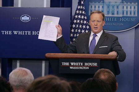 白宮發言人斯派塞(Sean Spicer)嚴斥反對移民限制令的外交官,指他們「過於小題大作」,並說「他們要麼遵循命令,要麼就走人」。(Chip Somodevilla/Getty Images)