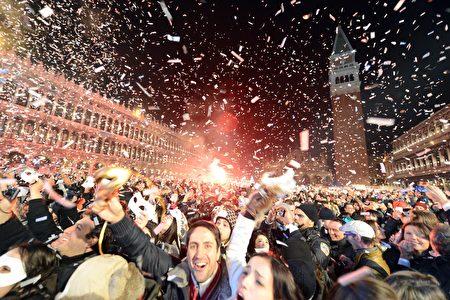 威尼斯慶祝新年到來的人群。(ANDREA PATTARO/AFP/Getty Images)