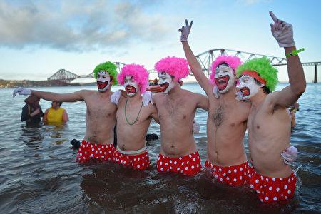 蘇格蘭人在新年第一天有跳入冰水慶祝新年的活動。 ( Jeff J Mitchell/Getty Images)