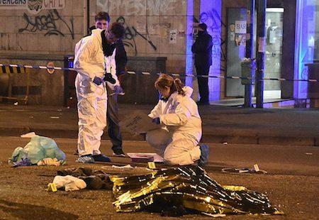意大利内政部长23日证实,柏林卡车恐袭案突尼斯主嫌阿姆里(Anis Amri)在米兰与警方交火时被击毙。图为意大利警察和法医专家站在阿姆里尸体旁。(DANIELE BENNATI/AFP/Getty Images)