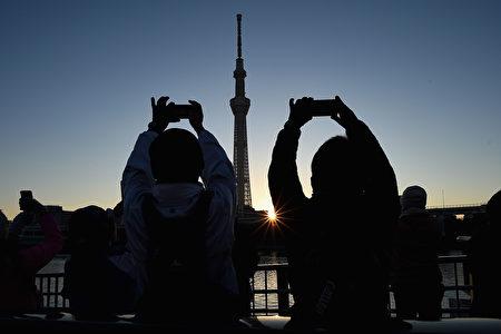 2017年1月1日,東京的日本人爭看新年中的第一輪日出,為自己祈福。 (Matt Roberts/Getty Images)
