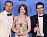 《愛樂之城》導演達米恩‧查澤雷(Damien Chazelle,右一)和兩位主演在第74屆金球獎上的合影。(Alberto E. Rodriguez/Getty Images)
