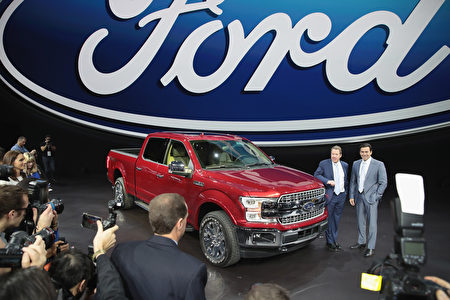 DETROIT, MI - JANUARY 09: Bill Ford (L), Executive Chairman of Ford and Mark Fields, President and CEO, show off Ford's new F150 at the North American International Auto Show (NAIAS) on January 9, 2017 in Detroit, Michigan. The show is open to the public from January 14-22. (Photo by Scott Olson/Getty Images)