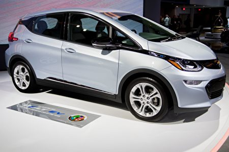 The Chevy Bolt EV is shown during the 2017 North American International Auto Show in Detroit, Michigan, January 10, 2017. / AFP / JIM WATSON (Photo credit should read JIM WATSON/AFP/Getty Images)