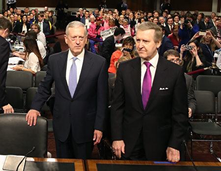 马蒂斯(图左)和前国防部长柯恩(William Cohen)(Mark Wilson/Getty Images)