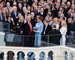 1月20日,川普在美国最高法院法官罗伯茨及众人的见证下,宣誓就任第45任美国总统。(Chip Somodevilla/Getty Images)