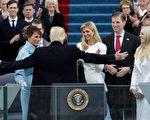 川普在1月20日宣誓就職後,與妻子梅蘭妮婭以及五個子女相擁慶祝。(Alex Wong/Getty Images)