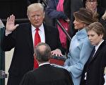 2017年1月20日,川普(特朗普)在华府国会大厦发表的第一个总统就职演说。图为川普在首席大法官的支持下宣誓就职。 (Drew Angerer/Getty Images)