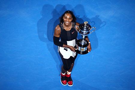 1月28日,二号种子选手小威廉姆斯击败姐姐大威廉姆斯,夺取2017年澳网女单冠军。小威终于拿下23个大满贯,重返世界第一。 (Photo by Cameron Spencer/Getty Images)