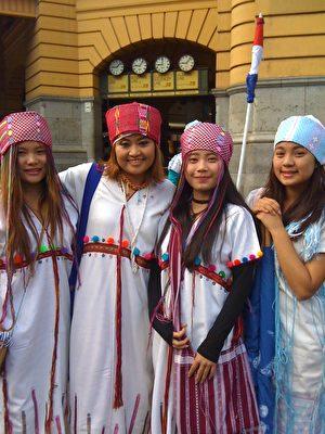 来自缅甸少数族裔的Rolen Rhonner女士和她的伙伴们。(陈修盈/大纪元)