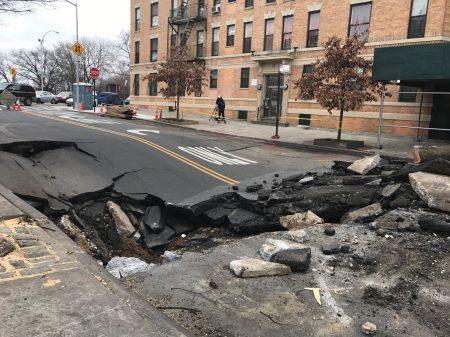 周一清晨三点多,纽约曼哈顿北部的华盛顿高地水管破裂,导致道路塌陷。