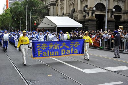 天国乐团身着蓝白相间的中华传统古装汉服登场,成为游行中的一大亮点。(王宇成/大纪元)