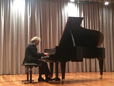 圖:2016年7月Boris Konovalov博士在意大利Shlern國際音樂節上演奏。(圖片由Boris Konovalov博士提供)