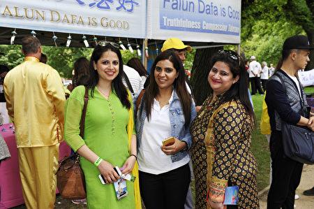 澳洲联邦议员Tim Watts的多元文化顾问Sonia Dhillon女士(中) 、英语教师Vinita Malhotra女士(左)和移民专家Bhawna(右)(王宇成/大纪元)