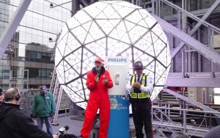 时代广场水晶球再次升起 游客驻足拍照