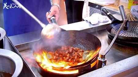 旺火煸炒的五花肉(新唐人提供)