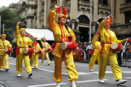 法轮功团体腰鼓队表演受到民众喜爱。(王宇成/大纪元)