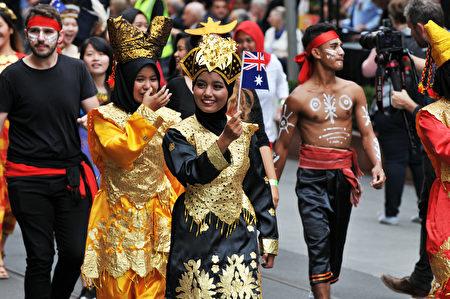 来自各个族裔的民众欢庆澳洲国庆日。(王宇成/大纪元)