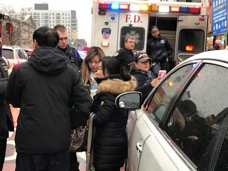 王小姐(黃頭髮者)被西語裔打反被誣打人,頭戴牛舌帽者為肇事車輛上兩名西語裔之一,圖為警察在現場處理。