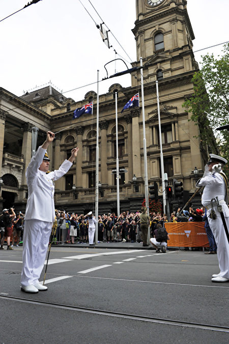游行开始前,举行庄严的升旗仪式。(王宇成/大纪元)