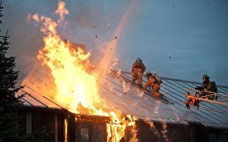 火灾现场主人昏迷 消防员破门后看到动人场景