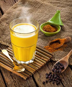 暖暖的奶香姜黄茶。(Antonio Gravante/Shutterstock)