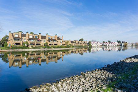靠近水岸是紅木海岸獨特的風景線,更是灣區地產中少有的優勢。(Shutterstock)