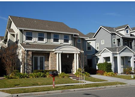 在灣區買房通常需要競價,灣區房地產經紀Wayne Wang說:2017年灣區房市還將繼續漲。(Shutterstock)