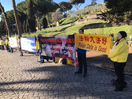 2月7日,法轮功学员在罗马著名景点大斗兽场附近向游人讲述法轮功被迫害真相,有人当场学习法轮功功法。(林达/大纪元)